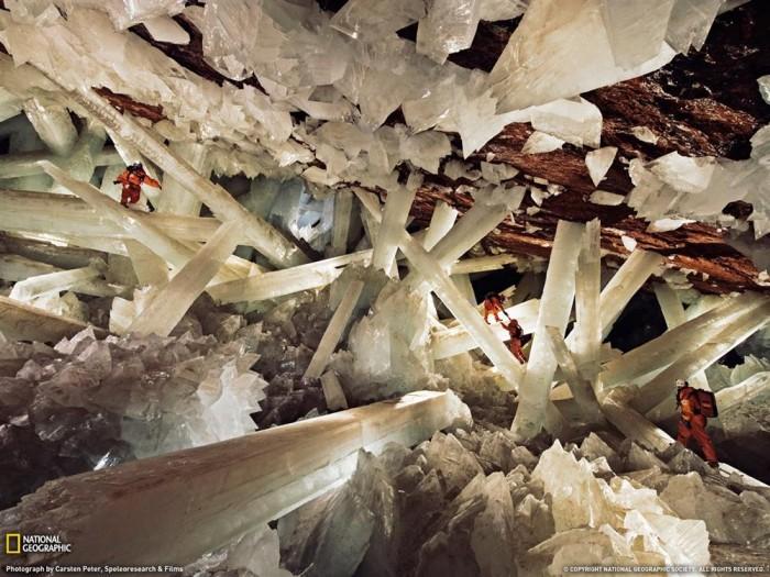 Os pesquisadores quase somem perante a imensidão dos cristais de Naica