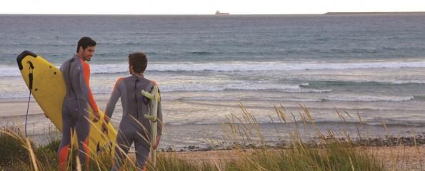 Surfistas em Praia do Alentejo, em Portugal