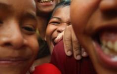 O entusiasmo da garotada diante de um máquina fotográfica - Laos