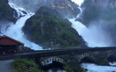 Cachoeira na beira da estrada na Noruega