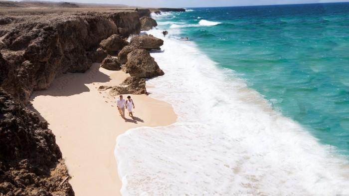 Casal em uma praia secreta - Credito ATA