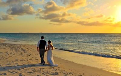 Casal na praia de Eagle Beach - Credito ATA