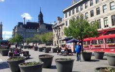 Montreal - Place Jacques Cartier e, ao fundo, Hotel de Ville de Montréal