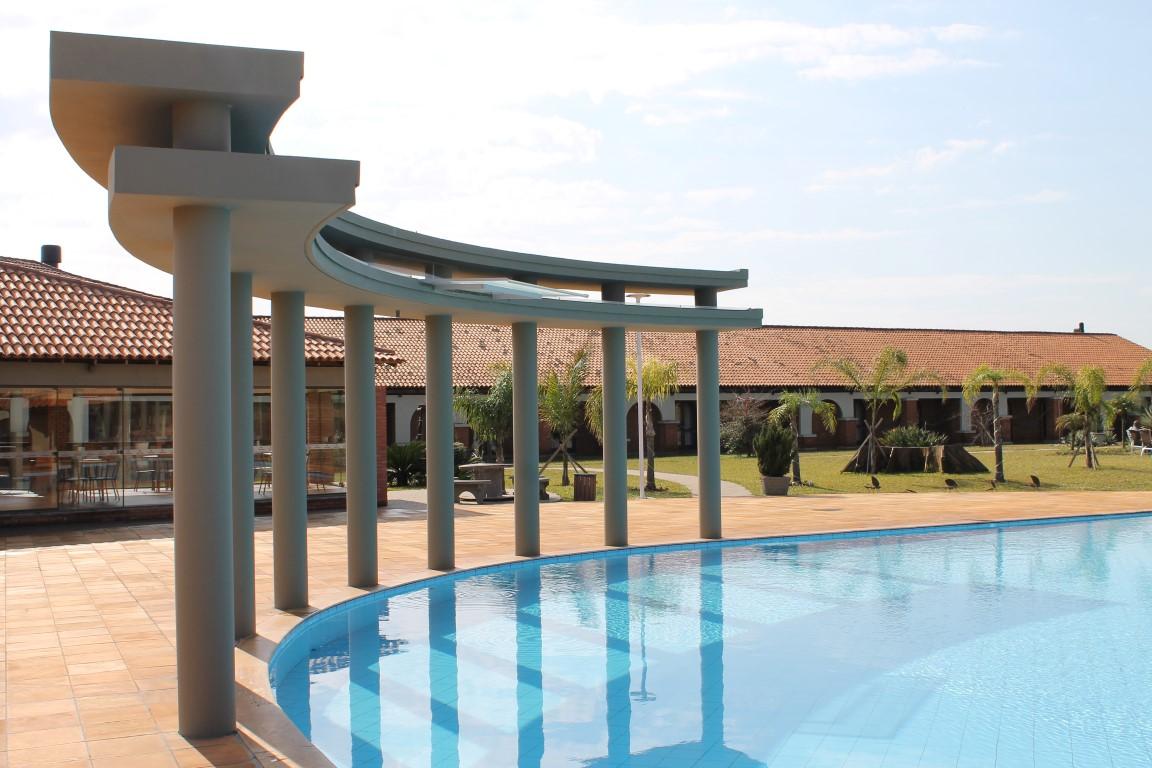 Área externa com piscina e bar