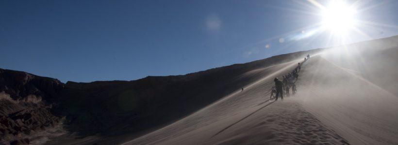 No topo da Duna do Valle de La Muerte os adeptos de sandboarding se preparam para a descida no Deserto do Atacama - Chile