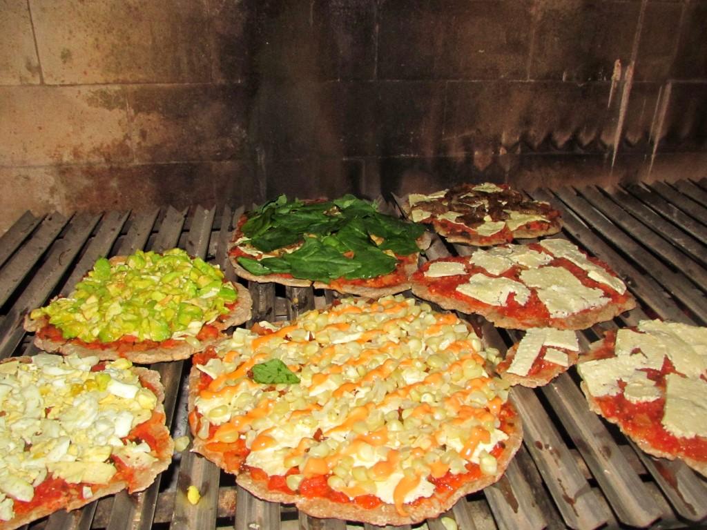 Assando pizza em um acampamento na Bolívia