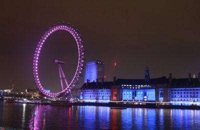 Um dos símbolos de Londres, a London Eye fica ainda mais bonita a noite