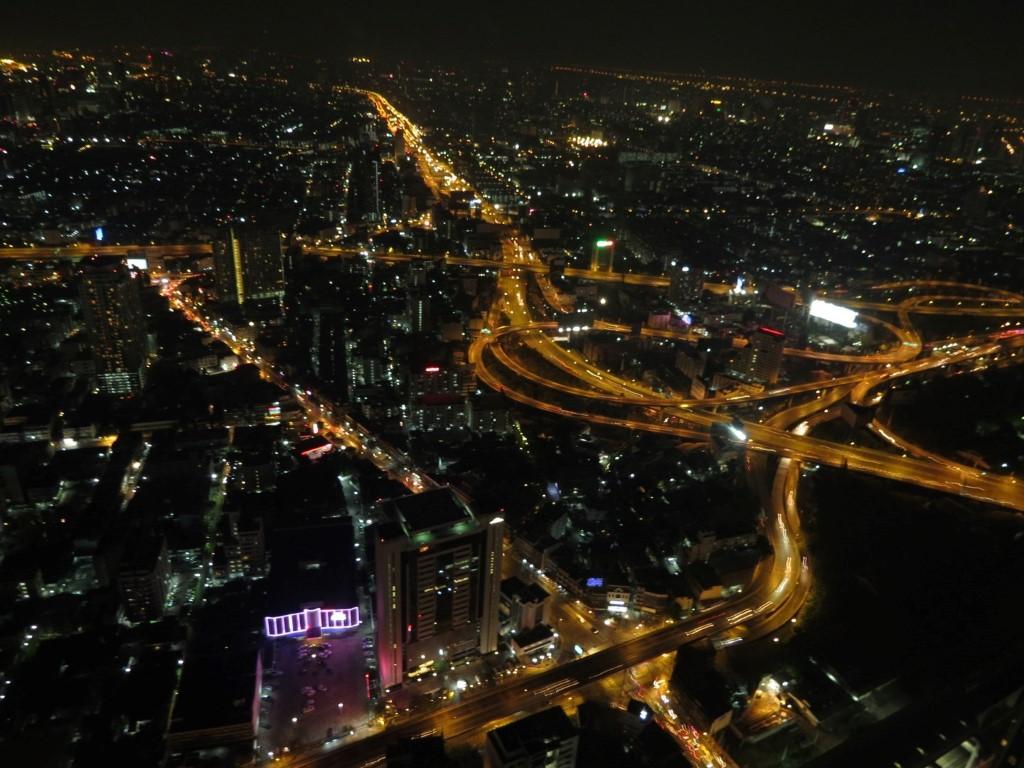 O iluminado skiline noturno de Bangkok, visto do Baiyoke Sky Hotel.