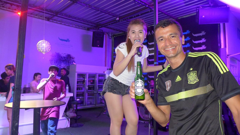 Curtindo um som ao vivo na Bangla Road, em Phuket