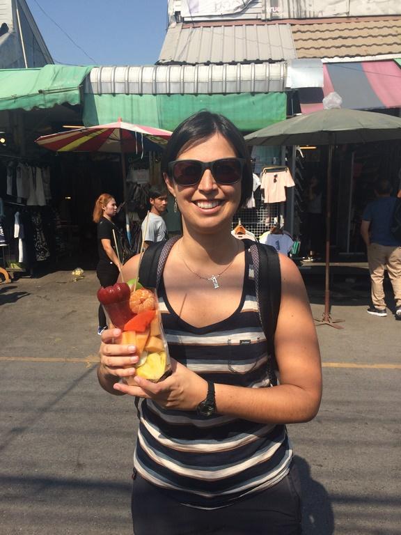 Provando as deliciosas frutas tailandesas em Chatuchak
