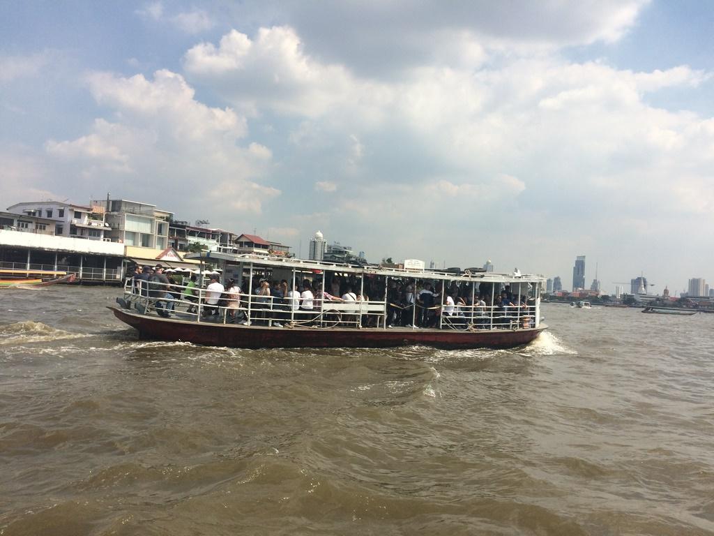 Um dos barcos que cruzam o Chao Phraya River
