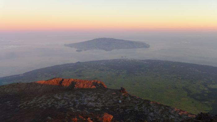 Amanhecer no topo do Piquinho, com vista da Ilha do Faial