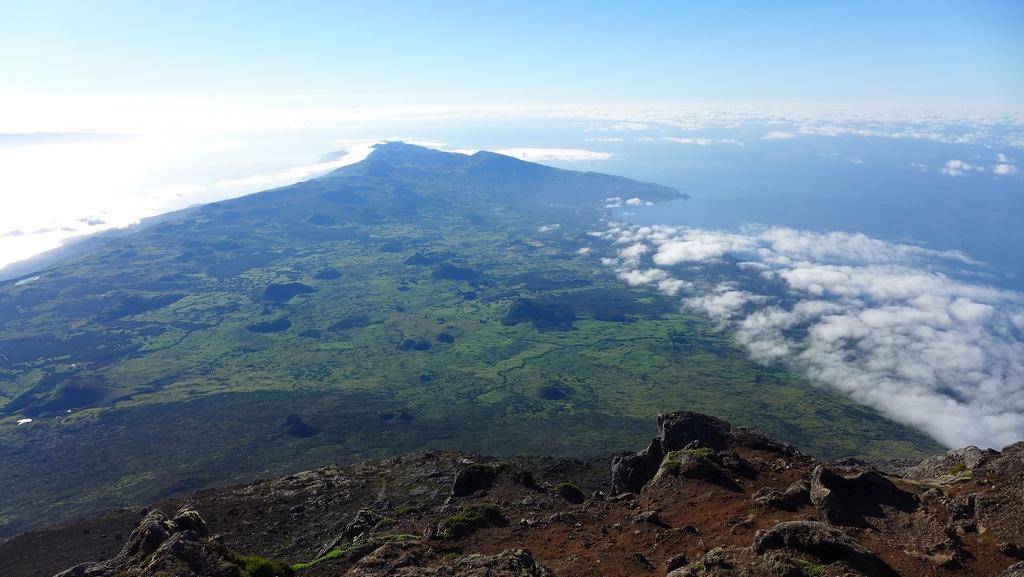 Do topo da montanha, um deleite 360 graus de toda a Ilha do Pico e arredores