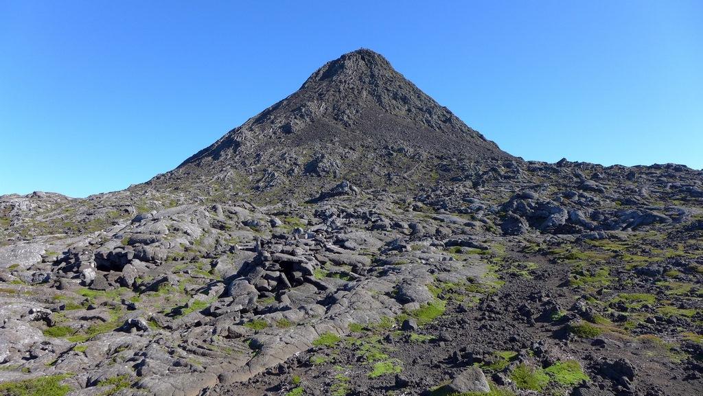 O Piquinho, um cone vulcânico em plena grande cratera