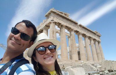 Aos pés do imponente Parthenon
