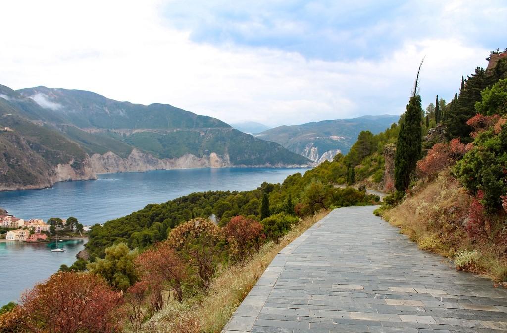 Caminho de subida para o Castelo de Assos, com o vilarejo ao fundo