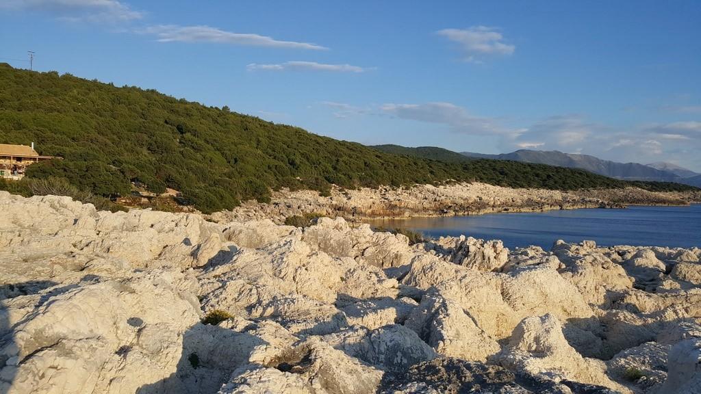 Praia de Alaties – para chegar ao melhor lugar para ver o pôr do sol tem que caminhar sobre essas pedras, não é bem uma praia para mergulho, dessas pedras é possível ter uma visão privilegiada para o mar