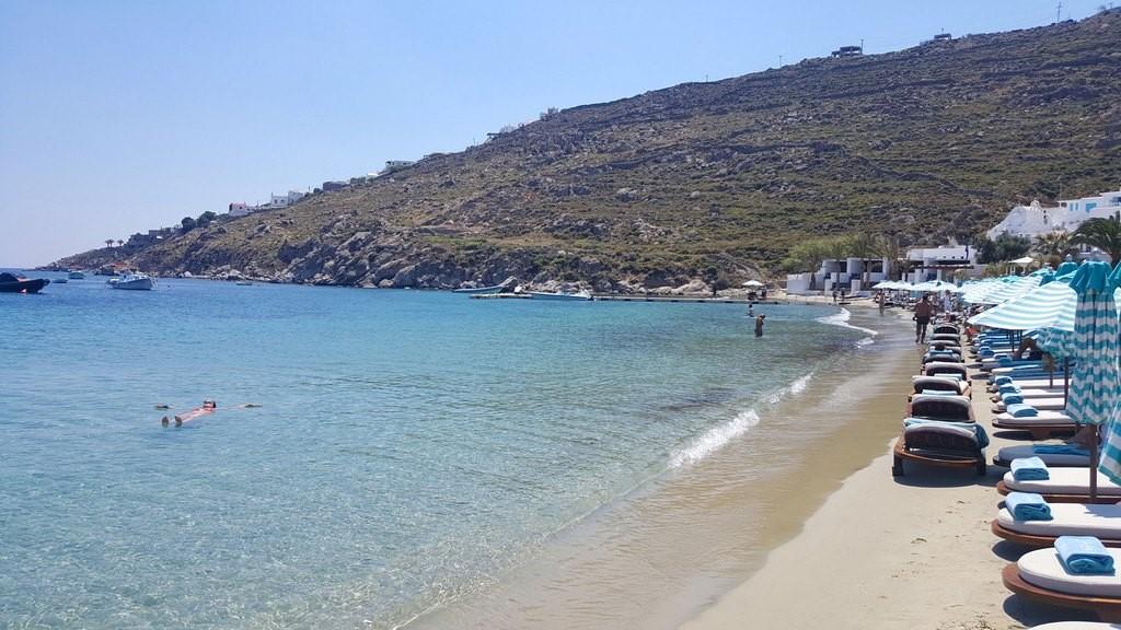 Praia de Psarou com o Beach Club Nammos a direita