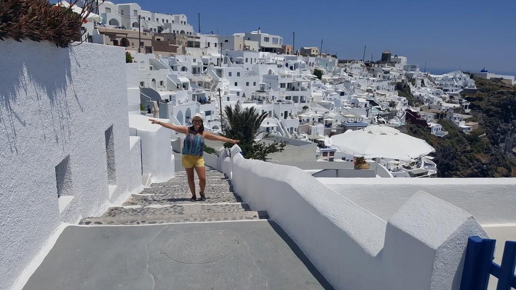 A cidade de Imerovigli, também repleta de casas branquinhas que fazem contraste com o céu azul de Santorini!