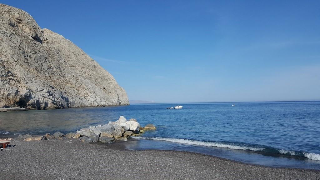 Praia de Perissa, a cor da areia era escura mas a praia era uma delicia