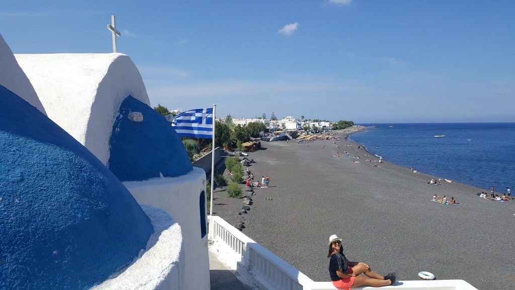 Kamari Beach e suas areias negras