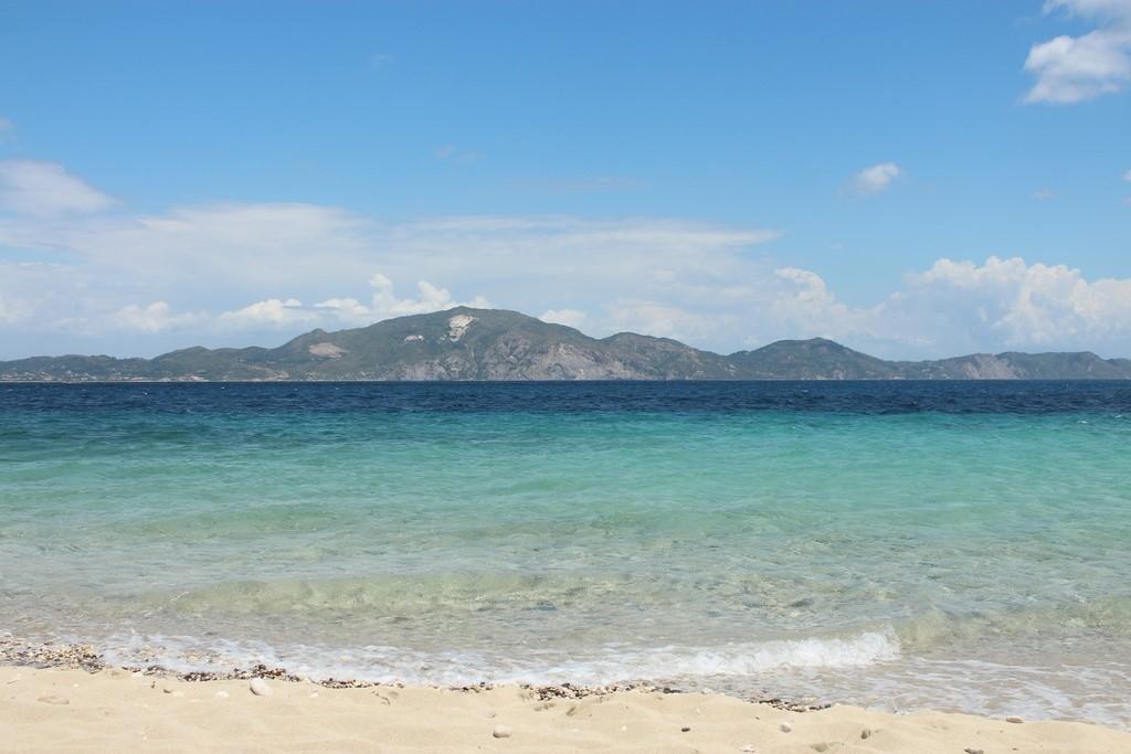 Mais uma praia em Zakynthos com vários tons de azul: Marathonisi Island
