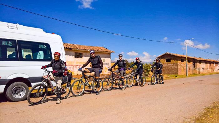 Em Cruzpata, prontos para começar a pedalar até as Salinas de Maras e Moray