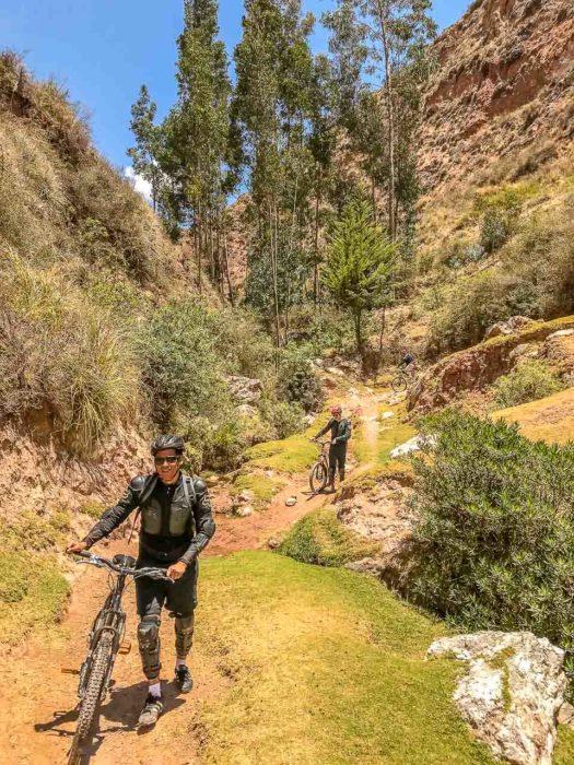 Downhill nas montanhas de Maras