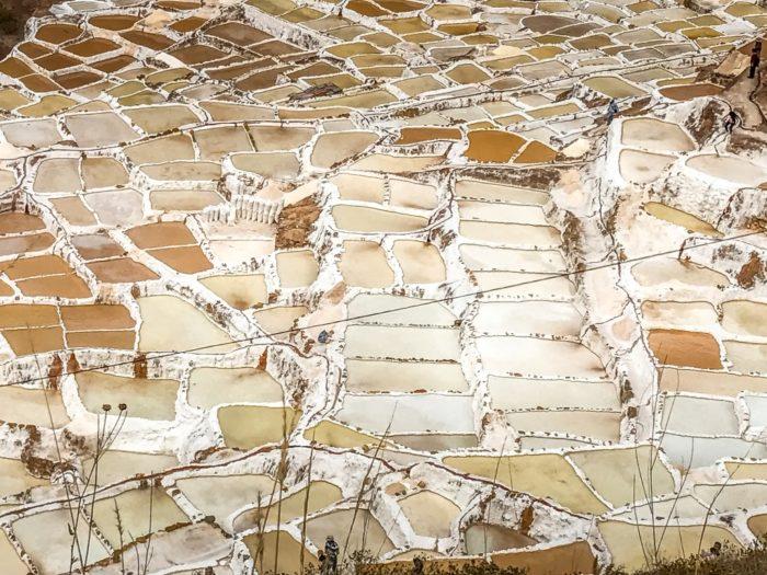 Tradição milenar de extração de sal nas Salinas de Maras