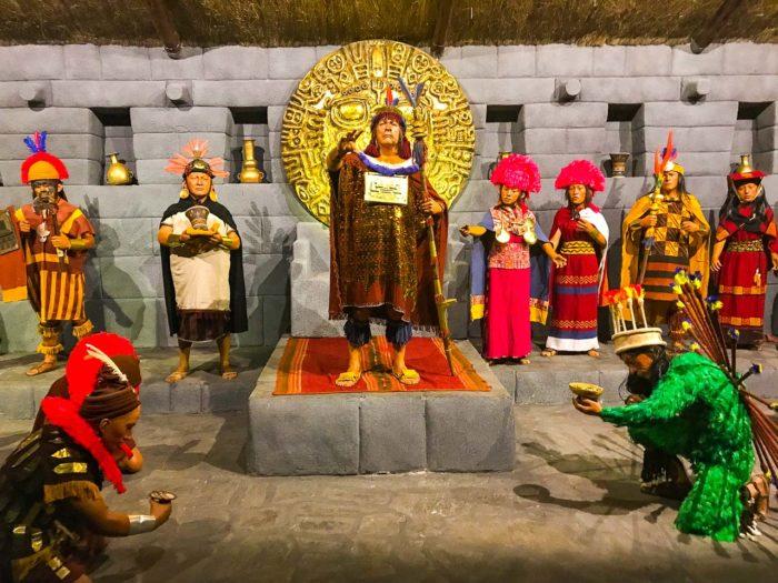Esculturas em tamanho real no Museu Inkariy
