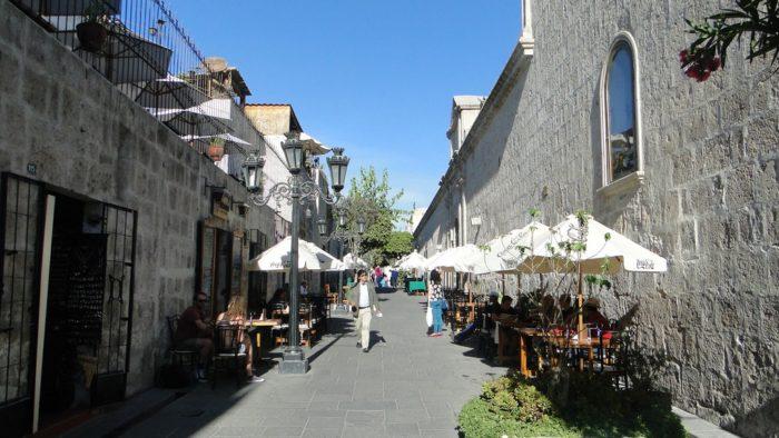 Rua de Bares e Restaurantes proxima a Plaza de Armas em Arequipa