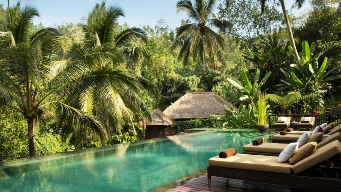 73573b7cef5 Um grande terraço junto à piscina infinita oferece um espaço deslumbrante  para contemplar a natureza