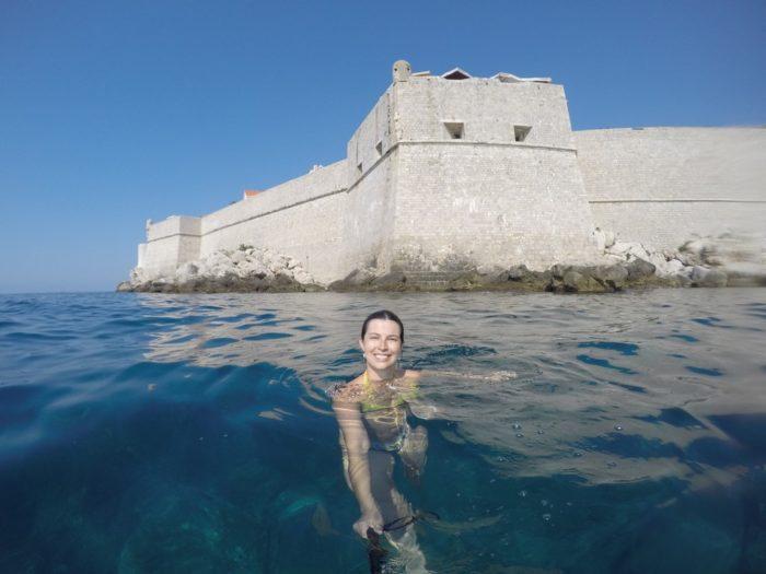Nadar em volta das muralhas de Dubrovnik é imperdível